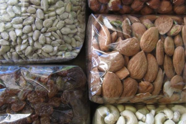 Saaten und Nüsse